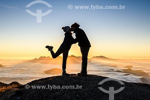Casal beijando durante o amanhecer na trilha da Pedra do Sino - Parque Nacional da Serra dos Órgãos  - Teresópolis - Rio de Janeiro (RJ) - Brasil