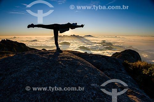 Mulher praticando Yoga - movimento virabhadrasana C (guerreiro III) - na trilha da Pedra do Sino no Parque Nacional da Serra dos Órgãos  - Teresópolis - Rio de Janeiro (RJ) - Brasil