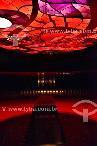 Interior do Memorial JK (1981) - Câmara Mortuária com vitral de Marianne Peretti  - Brasília - Distrito Federal (DF) - Brasil