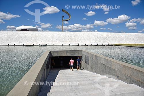 Visitantes entrando no Memorial JK (1981)  - Brasília - Distrito Federal (DF) - Brasil
