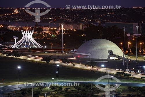 Vista de cima do Eixo Monumental com Museu Nacional Honestino Guimarães e Catedral Metropolitana Nossa Senhora Aparecida - Lago Paranoá ao fundo  - Brasília - Distrito Federal (DF) - Brasil