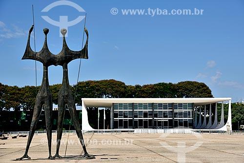 Escultura Os Guerreiros - também conhecida como Os Candangos com Supremo Tribunal Federal - sede do Poder Judiciário ao fundo  - Brasília - Distrito Federal (DF) - Brasil