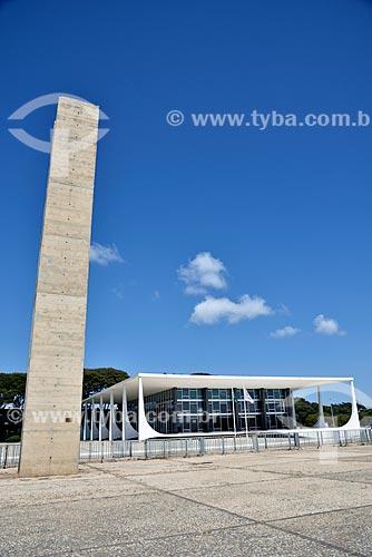 Escultura o Pombal com Supremo Tribunal Federal - sede do Poder Judiciário ao fundo  - Brasília - Distrito Federal (DF) - Brasil