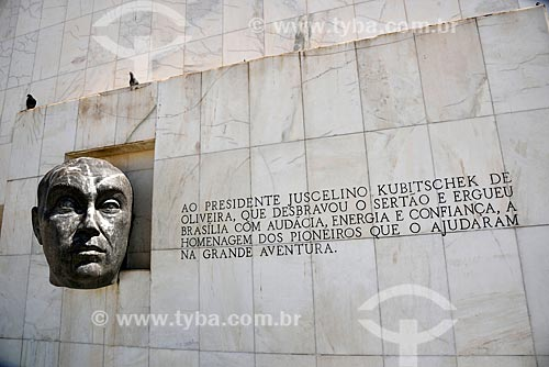 Escultura da Cabeça de JK em frente ao Museu da Cidade (1960)  - Brasília - Distrito Federal (DF) - Brasil