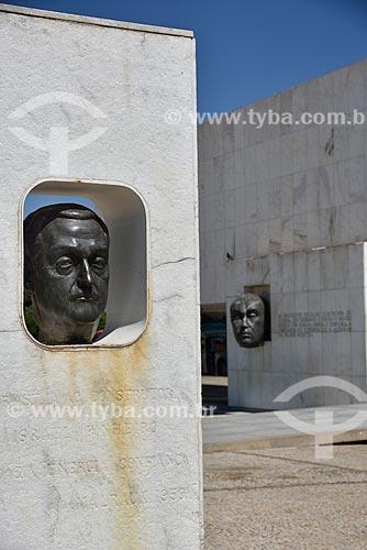 Herma de Israel Pinheiro e ao fundo escultura da Cabeça de JK em frente ao Museu da Cidade (1960)  - Brasília - Distrito Federal (DF) - Brasil