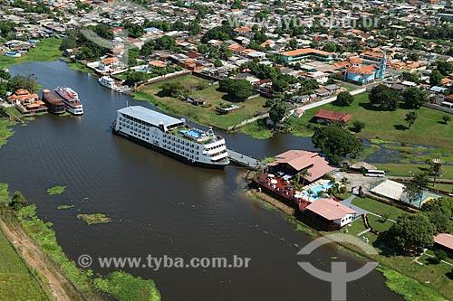 Foto aérea do navio de cruzeiro Iberostar Grand Amazon no Paraná da Princesa - braço do Rio Amazonas - preparando-se para atracar no Clube Coca-Cola (antigo Clube Kuat)  - Parintins - Amazonas (AM) - Brasil