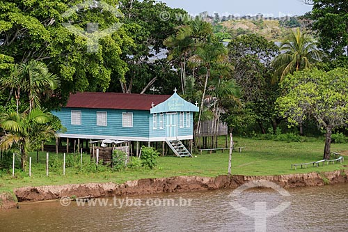 Igreja de Nossa Senhora da Conceição em comunidade ribeirinha às margens do Rio Amazonas com pouca água mesmo na época de cheia  - Careiro da Várzea - Amazonas (AM) - Brasil