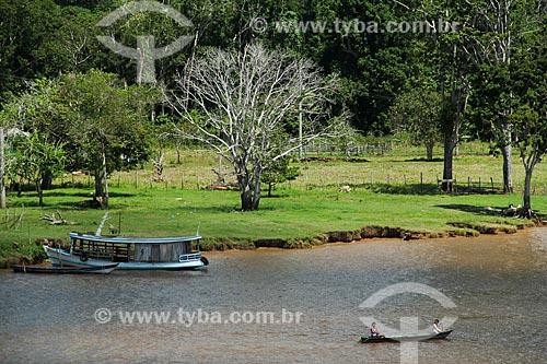 Ribeirinhos em canoa no Rio Amazonas  - Careiro da Várzea - Amazonas (AM) - Brasil