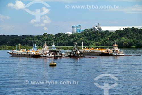 Balsa transportando combustível próximo à Refinaria Isaac Sabbá - também conhecida como Refinaria de Manaus (REMAN)  - Manaus - Amazonas (AM) - Brasil