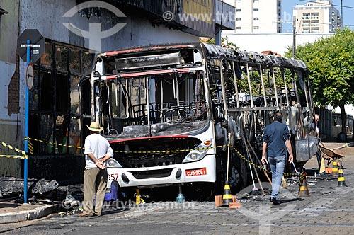 Ônibus incendiado na Avenida Fernando Costa - Suspeita de incêndio criminoso  - Mirassol - São Paulo (SP) - Brasil