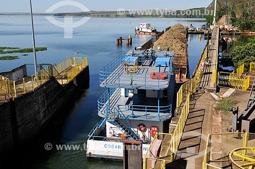 Barcaça transportando cana-de-açúcar na eclusa da Usina Hidrelétrica Álvaro de Souza Lima - Hidrovia Tietê-Paraná  - Bariri - São Paulo (SP) - Brasil