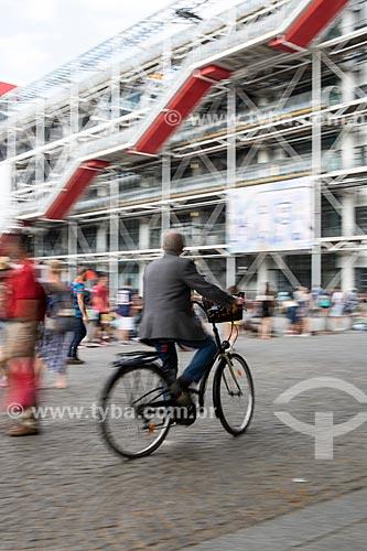 Ciclista na Place Georges Pompidou (Praça Georges Pompidou) com o Museu de Arte Moderna de Paris (1977) - localizado no Centro Nacional de Arte e Cultura Georges Pompidou - ao fundo  - Paris - Paris - França