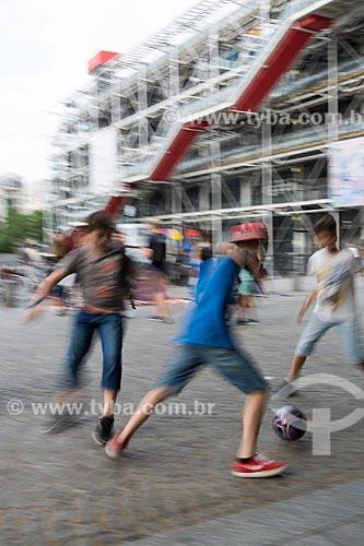 Garotos jogando futebol na Place Georges Pompidou (Praça Georges Pompidou) com o Museu de Arte Moderna de Paris (1977) - localizado no Centro Nacional de Arte e Cultura Georges Pompidou - ao fundo  - Paris - Paris - França