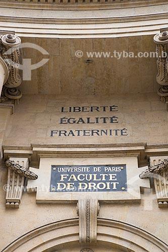 Detalhe da inscrição Liberté, Égalité, Fraternité (Liberdade, Igualdade, Fraternidade) na fachada da Faculté de Droit (Faculdade de Direito) da Universidade de Paris  - Paris - Paris - França