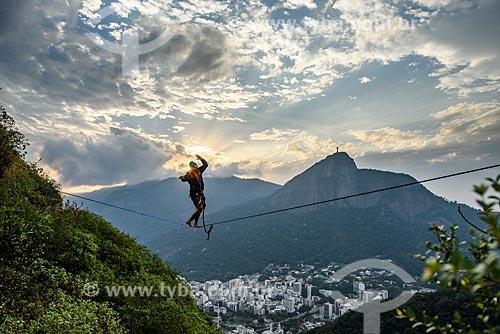 Praticante de slackline no Morro dos Cabritos com o Cristo Redentor ao fundo  - Rio de Janeiro - Rio de Janeiro (RJ) - Brasil