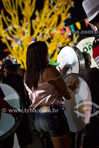 Mulher tocando pandeirão durante a festa da Morte do Boi - período da morte do personagem principal do bumba-meu-boi  - São José de Ribamar - Maranhão (MA) - Brasil