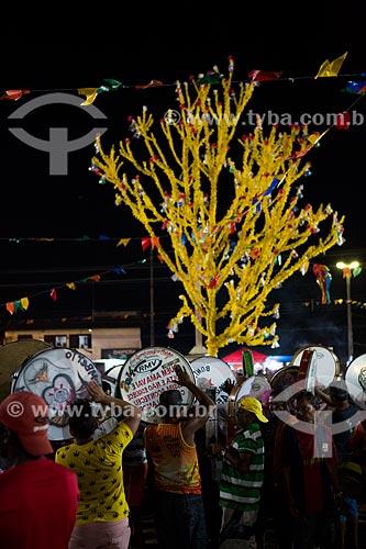 Folião tocando pandeirão durante a festa da Morte do Boi - período da morte do personagem principal do bumba-meu-boi  - São José de Ribamar - Maranhão (MA) - Brasil
