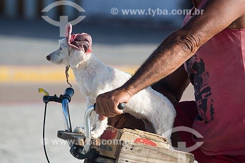 Homem levando cachorro na bicicleta  - Raposa - Maranhão (MA) - Brasil