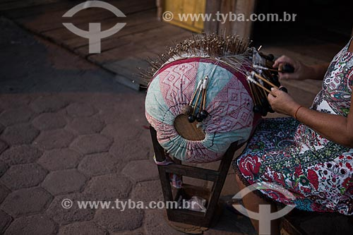 Detalhe de mulher tecendo renda de bilro  - Raposa - Maranhão (MA) - Brasil