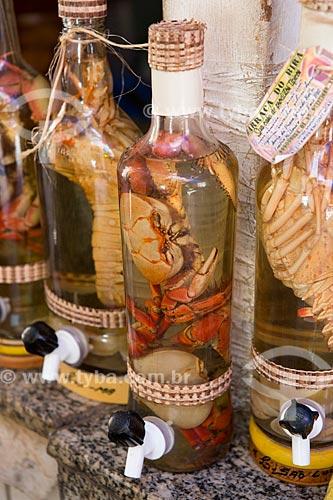Garrafa de cachaça com caranguejo à venda no Mercado Central de São Luís  - São Luís - Maranhão (MA) - Brasil