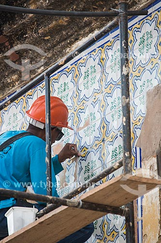 Trabalho de restauro de azulejos na Rua do Giz  - São Luís - Maranhão (MA) - Brasil