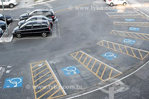 Vaga para deficientes no estacionamento do Aeroporto Internacional Afonso Pena - também conhecido como Aeroporto Internacional de Curitiba  - São José dos Pinhais - Paraná (PR) - Brasil