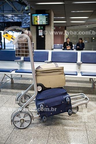 Detalhe de malas em carrinho para bagagem no Aeroporto Internacional Afonso Pena - também conhecido como Aeroporto Internacional de Curitiba  - São José dos Pinhais - Paraná (PR) - Brasil