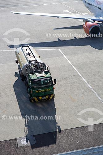 Caminhão-tanque na pista do Aeroporto Internacional Afonso Pena - também conhecido como Aeroporto Internacional de Curitiba  - São José dos Pinhais - Paraná (PR) - Brasil