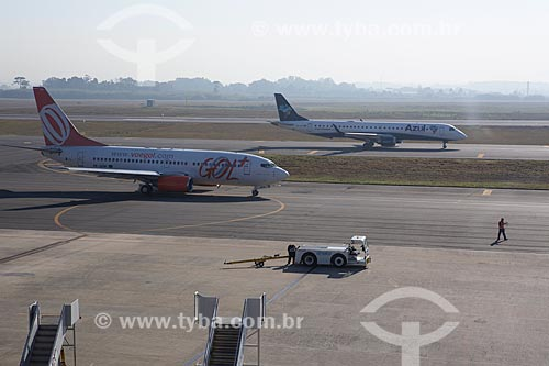 Aviões da GOL - Linhas Aéreas Inteligentes - e da Azul Linhas Aéreas Brasileiras na pista do Aeroporto Internacional Afonso Pena  - São José dos Pinhais - Paraná (PR) - Brasil