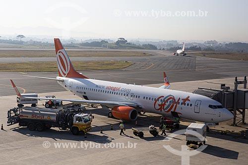 Caminhão-tanque abastecendo boeing 737-800 da GOL - Linhas Aéreas Inteligentes - no Aeroporto Internacional Afonso Pena - também conhecido como Aeroporto Internacional de Curitiba  - São José dos Pinhais - Paraná (PR) - Brasil