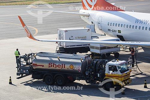 Caminhão-tanque abastecendo boeing da GOL - Linhas Aéreas Inteligentes - no Aeroporto Internacional Afonso Pena - também conhecido como Aeroporto Internacional de Curitiba  - São José dos Pinhais - Paraná (PR) - Brasil
