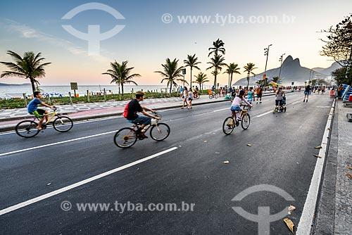 Orla da Praia de Ipanema com a Avenida Vieira Souto fechada ao trânsito para uso como área de lazer  - Rio de Janeiro - Rio de Janeiro (RJ) - Brasil