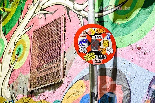 Adesivos colados em placa de proibido estacionar - Beco do Batman  - São Paulo - São Paulo (SP) - Brasil
