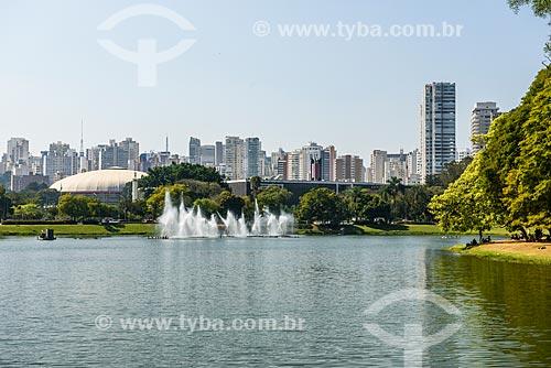 Vista às margens do Lago do Ibirapuera com o Ginásio Estadual Geraldo José de Almeida - mais conhecido como Ginásio do Ibirapuera - ao fundo  - São Paulo - São Paulo (SP) - Brasil