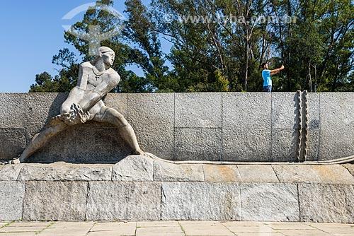 Homem fotografando o Monumento às Bandeiras (1954)  - São Paulo - São Paulo (SP) - Brasil