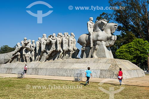 Crianças brincando próximo ao Monumento às Bandeiras (1954)  - São Paulo - São Paulo (SP) - Brasil