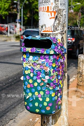 Detalhe de lixeira com adesivos na Avenida Europa  - São Paulo - São Paulo (SP) - Brasil