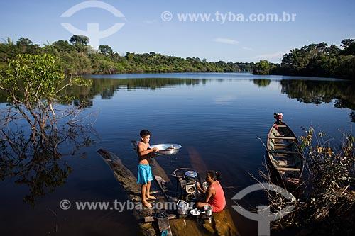 Mulher lavando louça na beira do Rio Negro  - Manaus - Amazonas (AM) - Brasil