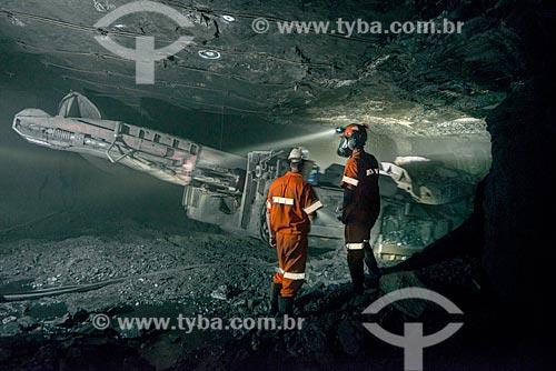 Homem operadorando minerador contínuo - Mina Fontanella - Carbonífera Metropolitana  - Treviso - Santa Catarina (SC) - Brasil