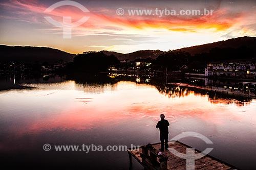 Silhueta de homem sobre trapiche na Lagoa da Conceição ao anoitecer  - Florianópolis - Santa Catarina (SC) - Brasil