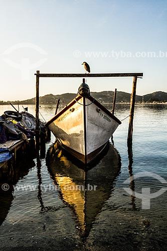 Barco atracado na Lagoa da Conceição  - Florianópolis - Santa Catarina (SC) - Brasil