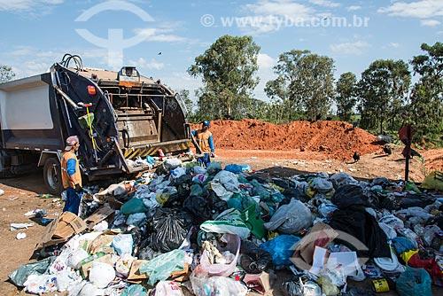 Caminhão de coleta de lixo doméstico despejando em usina de separação do lixo  - Garça - São Paulo (SP) - Brasil