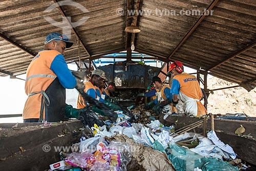 Funcionários de empresa de coleta de lixo fazem separação de plásticos e alumínio  - Garça - São Paulo (SP) - Brasil
