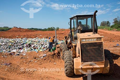Lixão com tubos para queima de gases do lixo  - Garça - São Paulo (SP) - Brasil