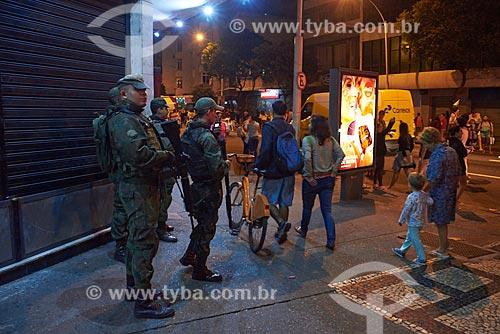 Policiamento do Exército Brasileiro durante a passagem da Tocha Olímpica pelo Rio de Janeiro - esquina da Avenida Nossa Senhora de Copacabana com a Rua Dias da Rocha  - Rio de Janeiro - Rio de Janeiro (RJ) - Brasil