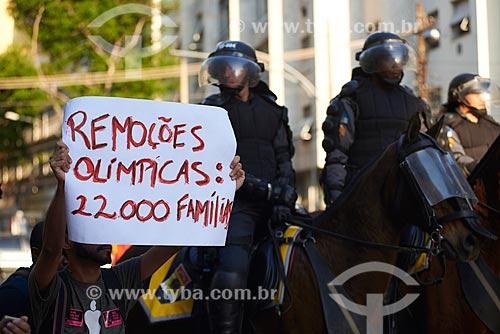 Cartaz durante a manifestação na Rua Conde de Bonfim no dia da abertura dos Jogos Olímpicos - Rio 2016  - Rio de Janeiro - Rio de Janeiro (RJ) - Brasil