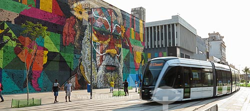 Veículo Leve Sobre Trilhos (VLT) com Mural Etnias ao fundo - Orla Prefeito Luiz Paulo Conde (2016)  - Rio de Janeiro - Rio de Janeiro (RJ) - Brasil