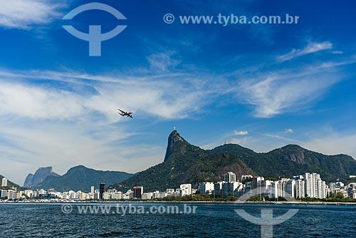 Avião aterrissando no Aeroporto Santos Dumont com o Cristo Redentor e a Pedra da Gávea ao fundo  - Rio de Janeiro - Rio de Janeiro (RJ) - Brasil