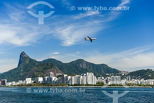 Avião aterrissando no Aeroporto Santos Dumont com o Cristo Redentor ao fundo  - Rio de Janeiro - Rio de Janeiro (RJ) - Brasil