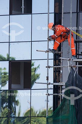 Operário instalando tela de proteção na fachada do Hotel Arena - Arpoador  - Rio de Janeiro - Rio de Janeiro (RJ) - Brasil